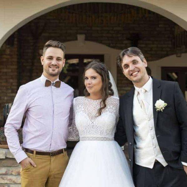 Szakály Gergő esküvőn egy párral